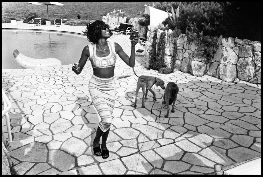 Naomi Campbell With Mick And Bono (the Dogs), Antibes, 1993 © Jean Pigozzi