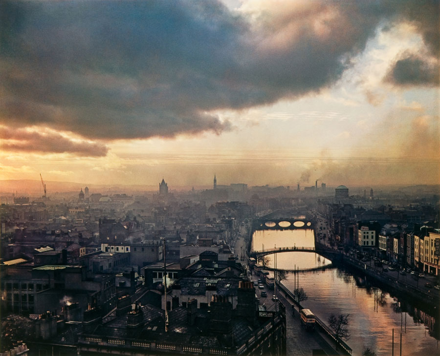 Dublin Sky, 1966, Dye Transfer, 26,5 X 34,0 Cm © Evelyn Hofer, Estate Evelyn Hofer