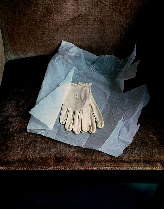 Marianne Moore's Gloves, 1983, Dye Transfer, 42,3 X 33,3 Cm © Evelyn Hofer, Estate Evelyn Hofer