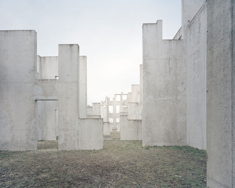 »Complexe De Tir En Zone UrBaine II, French Army, France«, 2015 Aus Der Serie »The Potemkin Village« © Gregor Sailer